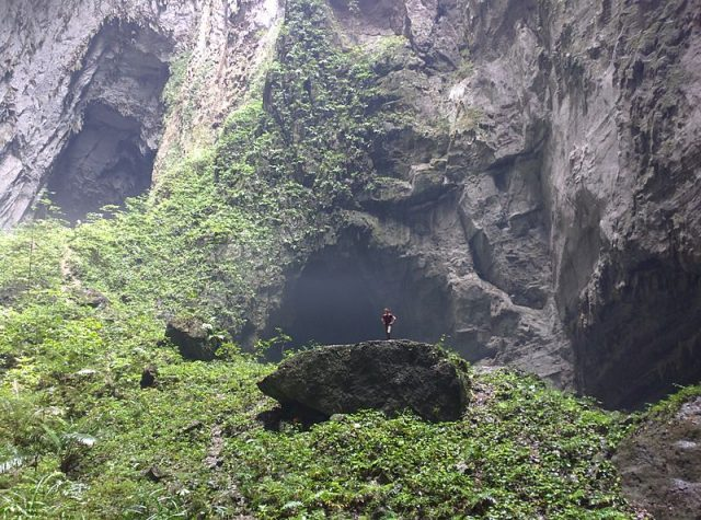 1475342870-7470-Doong-Cave-Doline-with-Scale