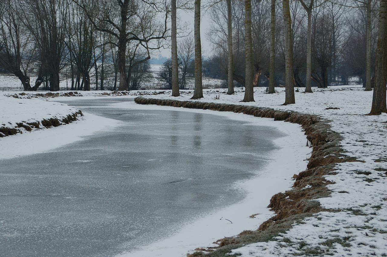 frozen-river-104727_1280