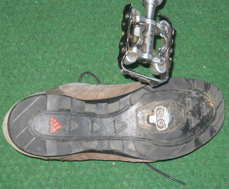 cycling shoe using two-bolt SPD-style cleat for clipless pedal – Photo credit