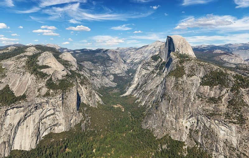 View from Glacier Point on Half Dome and Eastern Yosemite Valley in Yosemite National Park, California, USA. – Author: Thomas Wolf – CC BY-SA 3.0