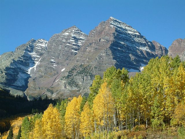 The Maroon Bells in the Elk Range near Aspen, Colorado, USA. Author: Jesse Varner – CC BY-SA 2.0