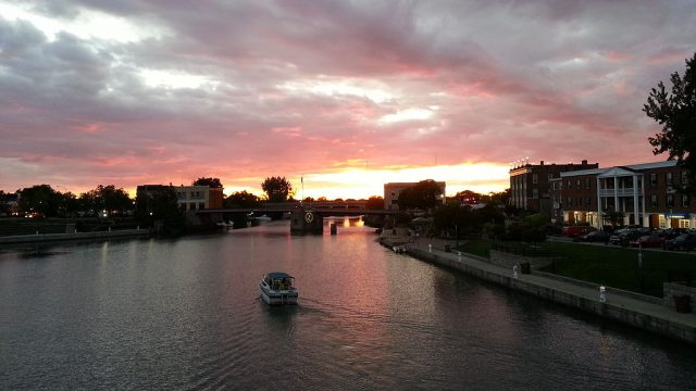 Sunset over the Erie Canal in North Tonawanda, NY. – Author: Joshua Karn – CC BY-SA 3.0