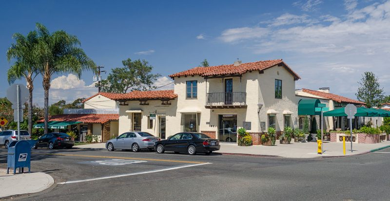 Typical street view of Rancho Santa Fe in California near San Diego – Author: Tuxyso – CC BY-SA 3.0