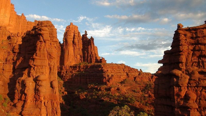 Fisher Towers, Moab, Utah, at sunset. The corkscrew shaped Ancient Art spire can be seen shaded in the center of the photo – Author: Greg Schaefer. – CC BY 3.0