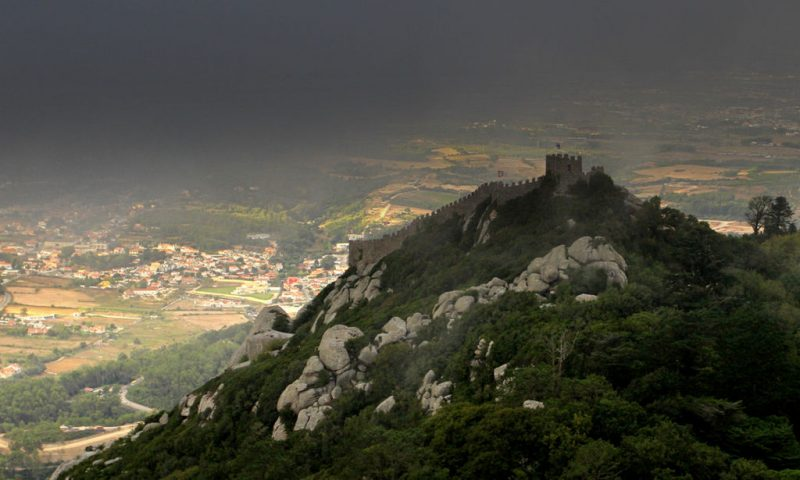The Moorish Castle in the clouds, overlooking the historic town of Sintra – Author: Joaomartinho63 – CC BY-SA 3.0