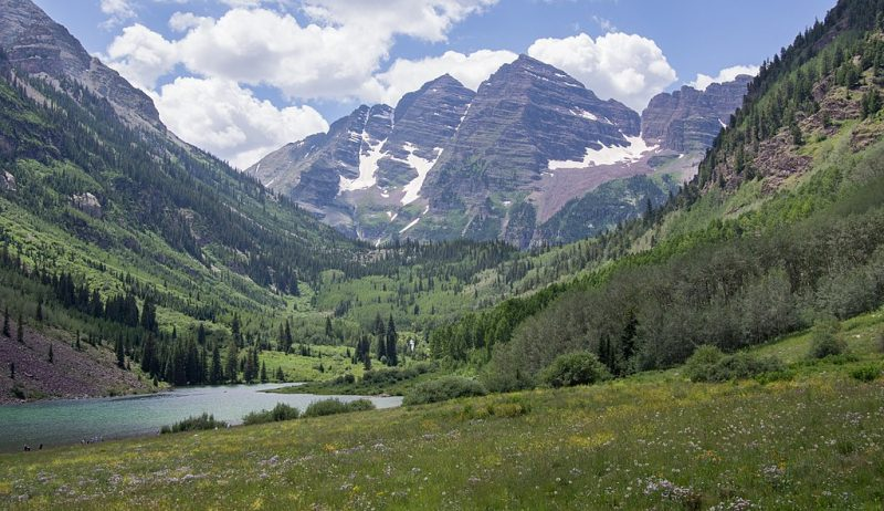 The Maroon Bells in Aspen, Colorado, with Maroon Lake in the foreground – Author: Rhododendrites – CC BY-SA 4.0