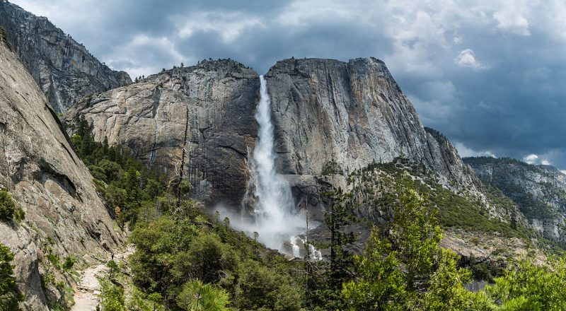 Upper Yosemite Falls as viewed from the trail leading to the top – Author: Diliff – CC BY-SA 3.0