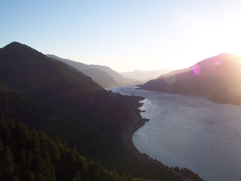 View of Columbia River Gorge and Interstate 84 from the top of Mitchell Point, Oregon – Author: Alex Mclane – CC BY-SA 3.0