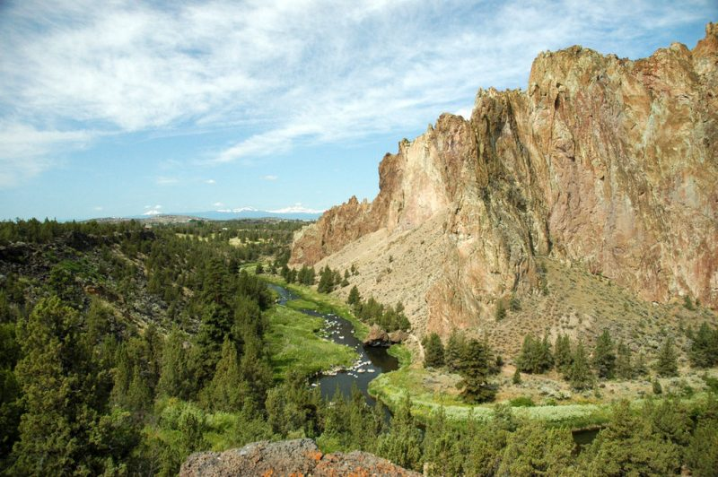 A scenic view of Smith Rock, central Oregon – Author: Ennetws