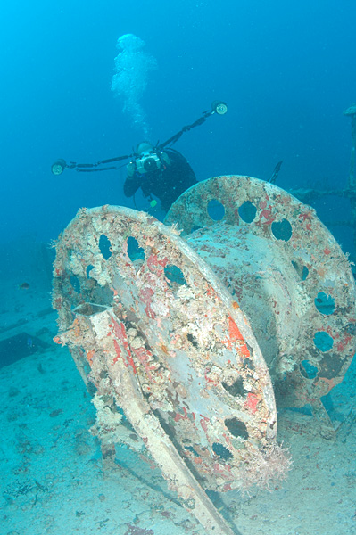 Diver photographing a large reel on deck, Spiegel Grove wreck, Key Largo, Florida – Author: Clark Anderson – CC BY-SA 2.5