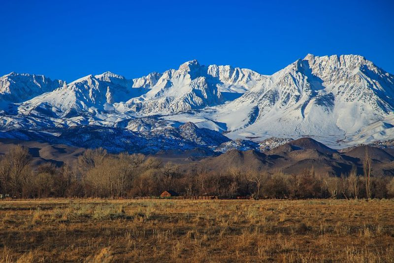 Snowy Sierra Nevada Mountains as seen from Bishop, CA – Author: Murray Foubister – CC BY-SA 2.0
