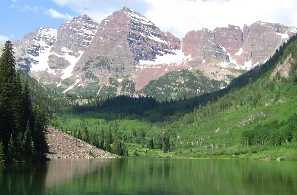 The Maroon Bells in Aspen, Colorado, with Maroon Lake in the foreground - Author: Rhododendrites - CC BY-SA 4.0