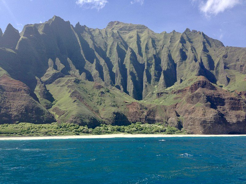 Na Pali Coast view from a boat – Author: MEBurkhart – CC BY-SA 4.0