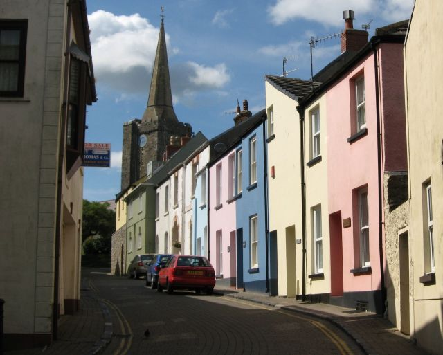 St Mary's Street, a typical old town street in Tenby – Author: Colin Bell – CC BY-SA 2.0