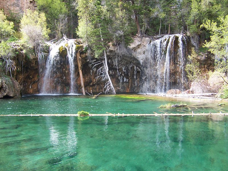 Hanging Lake in Glenwood Canyon, Colorado – Author: Joshuahicks – CC BY-SA 3.0