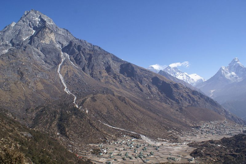 Khumbila, with an overview over Khumjung and Kunde villages, and Mount Everest, Lhotse and Ama Dablam peaks in the background – Author: Moralist – CC BY-SA 3.0