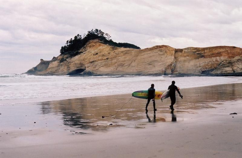 Surfers give an idea for something to do in Pacific City at Cape Kiwanda - Author: Matvyei - CC BY-SA 3.0