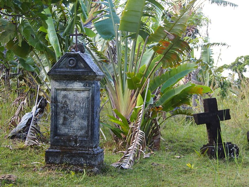 A pirate cemetery. The zana-malata subset of the Betsimisaraka traced their heritage back to intermarriage between European pirates and Betsimisaraka women – Author: Lemurbaby – CC BY-SA 3.0