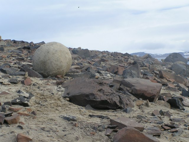 A stone sphere, Geode on Champ Island, Franz Josef Land, Russia – Author: Polarstar – CC BY-SA 3.0