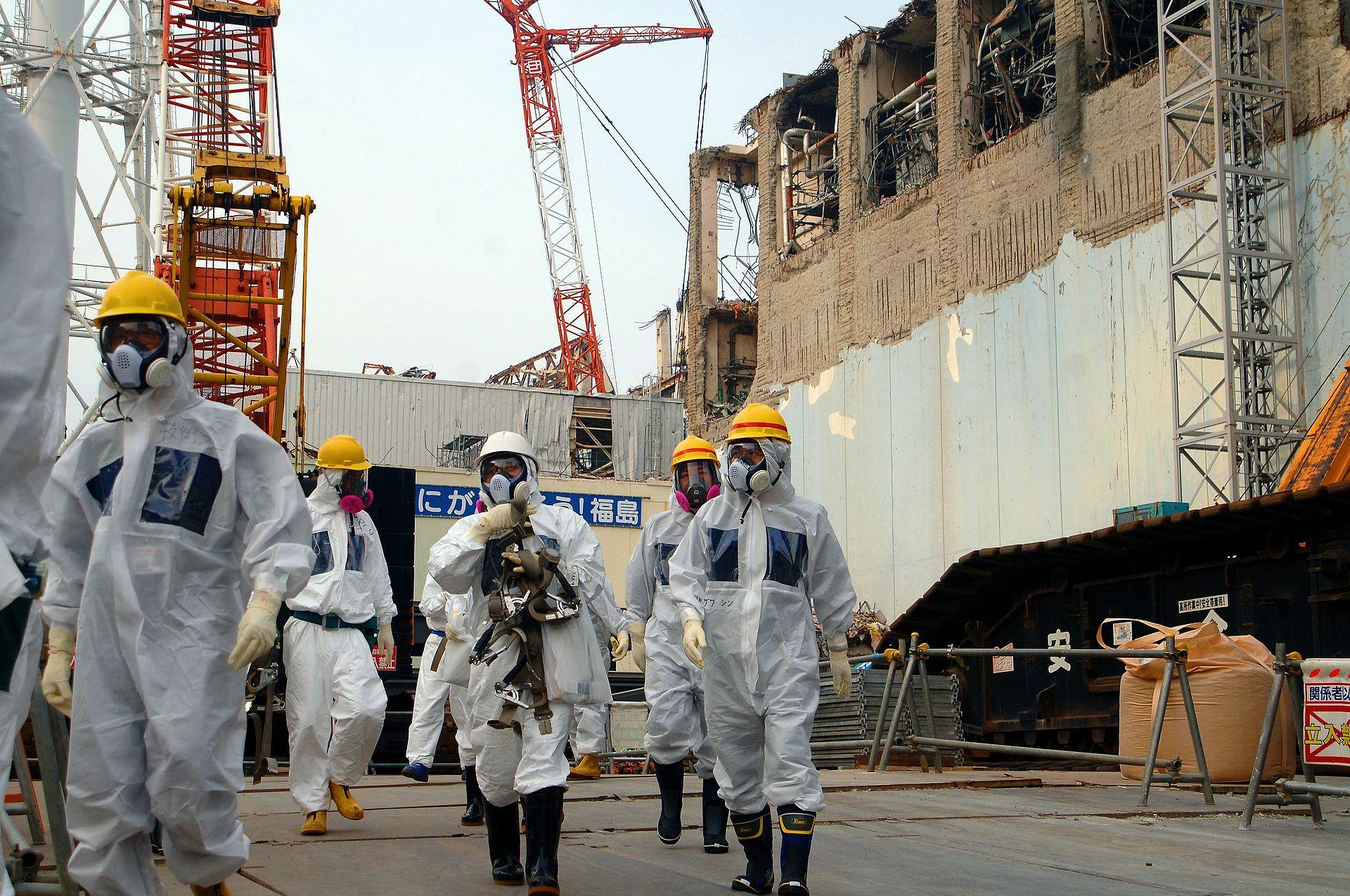 Experts at Fukushima Daiichi Nuclear Power Plant Unit 4, 2013 IAEA Imagebank CC BY-SA 2.0