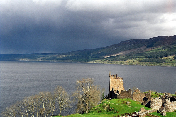 Loch Ness with Urquhart Castle in the foreground. Author: Sam Fentress. CC BY-SA 2.0