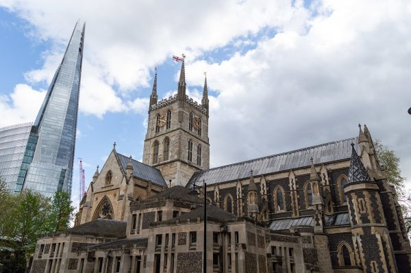 The Southwark Cathedral and The Shard in London. Tristan Surtel – CC BY-SA 4.0